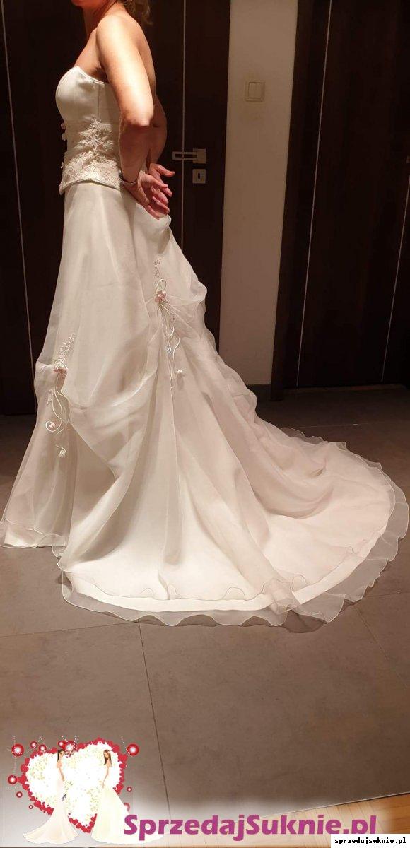 Piękna suknia ślubna z różowymi kwiatami