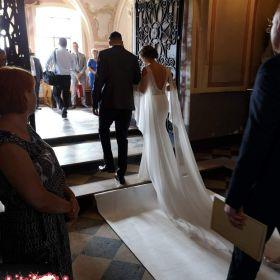 Klasyczna suknia ślubna z trenem i długimi rękawami