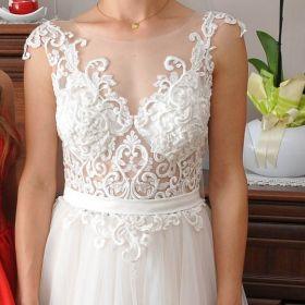 Delikatna suknia tiulowa z koronką i siateczką w kolorze krem-cappuciono.