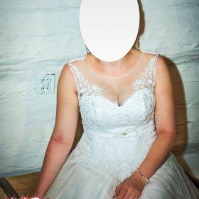 Piękna śnieżno biała koronkowa suknia ślubna
