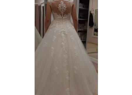 Suknia ślubna z welonem i kołem