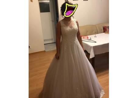 Pięknie zdobiona suknia
