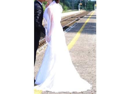 Piękna biała haftowana suknia ślubna z trenem Lilian West 6353 rozm. 38 + welon