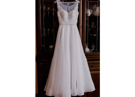 Śnieżnobiała suknia ślubna dla wysokiej Panny Młodej
