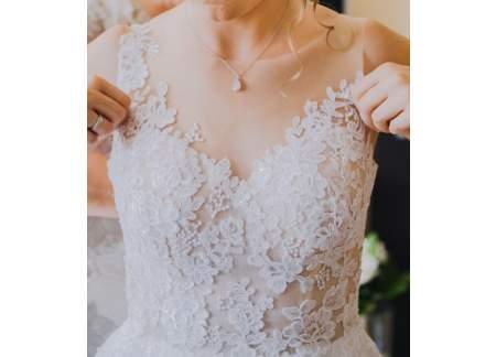 Lekka, zwiewna, delikatna suknia w czystej bieli z koronką